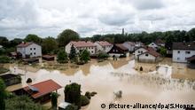 Wasser steht zwischen Häusern am 02.06.2016 in Simbach am Inn(Bayern). Ein Hochwasser hat im niederbayerischen Landkreis Rottal-Inn mindestens fünf Tote gefordert. Foto: Sven Hoppe/dpa +++(c) dpa - Bildfunk+++ | Verwendung weltweit © picture-alliance/dpa/S.Hoppe