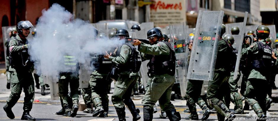 Polícia lança gás lacrimogêneo contra o grupo para dispersá-lo