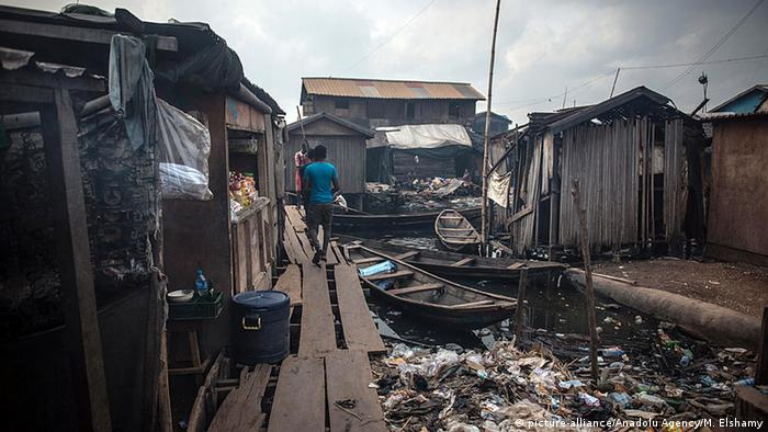 Nigeria schwimmender Slum in Lagos (picture-alliance/Anadolu Agency/M. Elshamy)