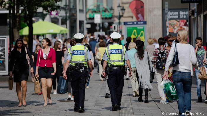 Полицейский патруль в центре Дюссельдорфа