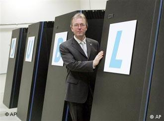 Thomas Lippert mit dem Supercomputer JuBL