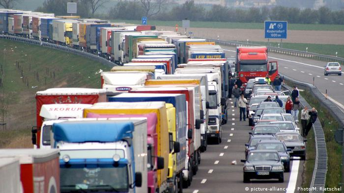 Deutschland A4 Autobahn Stau (picture-alliance/AP Photo/M. Rietschel)