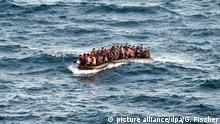 Auf den viel zu kleinen Booten geraten Flüchtlinge oft in Seenot (Archivbild)