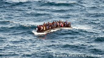 refugees on dinghy (picture alliance/dpa/G. Fischer)