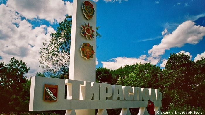 Monument am Stadteingang mit Staatswappen von Transnistrien