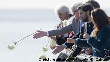 3.6.2016*** Germany's Foreign Minister Frank-Walter Steinmeier, second from left, throws flowers into the river in honor of the victims of the Argentina's dictatorship, as he visits Memory Park in Buenos Aires, Argentina, Friday, June 3, 2016. (AP Photo/Victor R. Caivano) | picture alliance/AP Photo/V.-R. Caivano