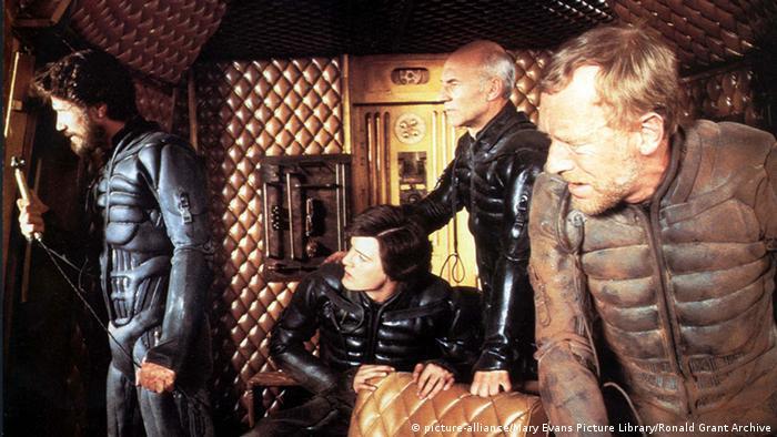 Jürgen Prochnow in a spaceship with atrick Stewart, Kyle MacLachlan and Max von Sydow in the movie Dune.