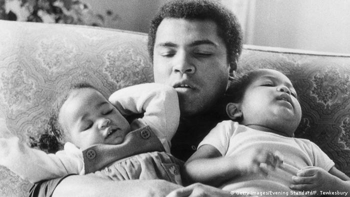 Muhammad Ali 1978 mit seinen Töchtern
