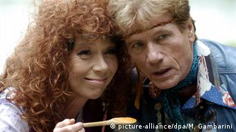Jürgen Prochnow with Evelyn Hamann, who is holding a wooden spoon.