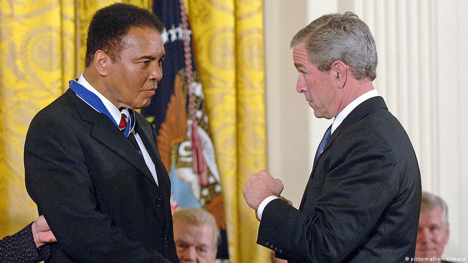 George W. Bush verleiht Ali die Presidential Medal of Freedom (Foto: picture-alliance/abaca)