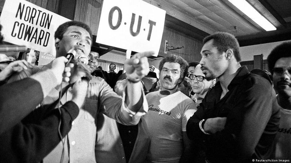 Boxer Muhammad Ali vor Mikrofonen (Foto: Reuters)