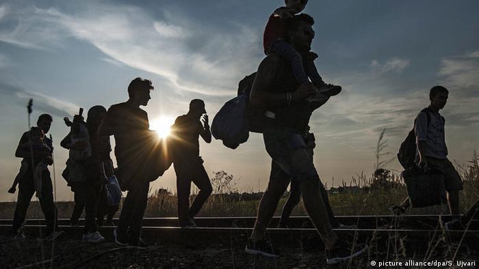 Refugiados na fronteira entre a Sérvia e Hungria, que foi a principal porta de entrada do Espaço Schengen