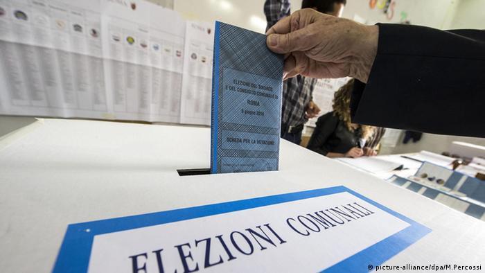 Italien Wahlen Kommunalwahl Stimmabgabe (picture-alliance/dpa/M.Percossi)