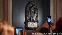 Touristen fotografieren am 10.12.2013 in Köln im Dom (Nordrhein-Westfalen) eine Reliquie von Papst Johannes Paul II. Die Reliquie enthält ein Blutstropfen des verstorbenen Papstes und ist seit Montag (09.12.2013) im Dom zu sehen. Foto: Oliver Berg/dpa +++(c) dpa - Bildfunk+++ | Copyright: picture-alliance/dpa/O. Berg