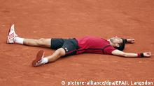 05.06.2016 epa05347470 Novak Djokovic of Serbia reacts after winning against Andy Murray of Britain during their men's single final match at the French Open tennis tournament at Roland Garros in Paris, France, 05 June 2016. EPA/IAN LANGSDON +++(c) dpa - Bildfunk+++Copyright: picture-alliance/dpa/EPA/I. Langsdon