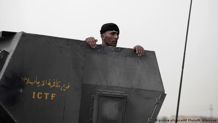 Irak Falludscha Regierungssoldat vor der Stadt