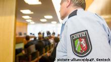 ARCHIV: Ein Justizbeamter steht am 27.11.2014 zum Prozessauftakt im Verwaltungsgericht in Münster (Nordrhein-Westfalen). Die NPD hat gegen die Polizei Klage erhoben. Der Polizei wird vorgeworfen, Wahlkämpfer in Münster nicht genug geschützt zu haben. +++ (C) picture-alliance/dpa/F. Gentsch