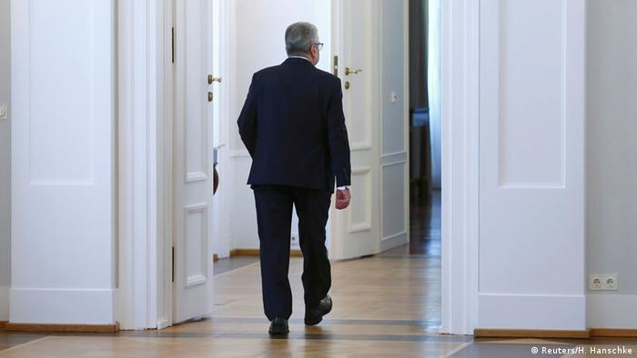 Bundespräsident Gauck verlässt nach seiner Erklärung den Saal von Schloss Bellevue (Foto: Reuters)