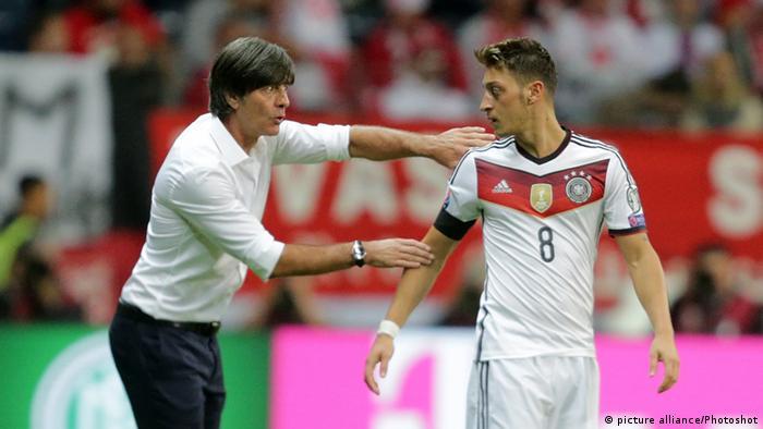 Trainer Löw und der türkischstämmige Nationalspieler Mesut Özil