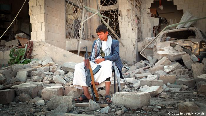 صورة أرشيفية لطفل يمني مقاتل (الصور ليست لسلاح ألماني)