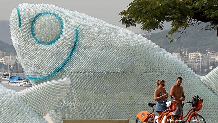 Ein aus Plastikflaschen gefertigter Fisch Brasilien Rio de Janeiro
