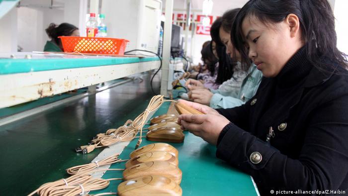 Chinesische Arbeiterinnen montieren Computermäuse aus Holz Bambus