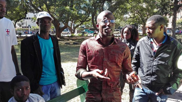 Simbabwe Harare Occupy Africa Unity Square Aktivist Acie Lumumba spricht mit jungen Simbabwern in Harare.