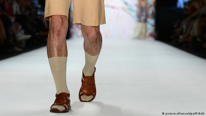Модель с сандалиях и носках