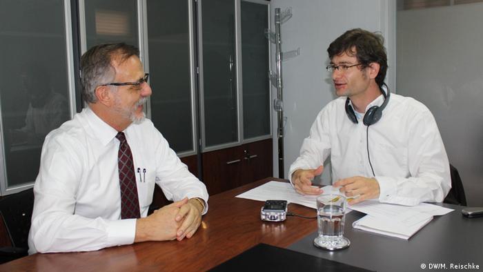 El comisionado Iván Velázquez conversa con Martin Reischke.