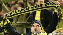 BVB Fan mit einem You will never walk alone Schal