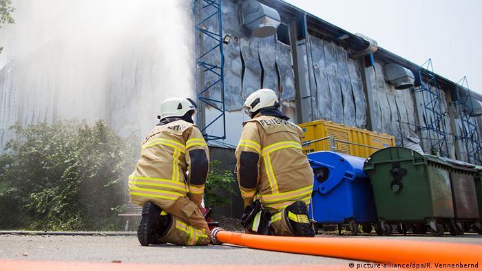 Deutschland Düsseldorf Feuerwehr Brand Flüchtlingsunterkunft (picture-alliance/dpa/R. Vennenbernd)