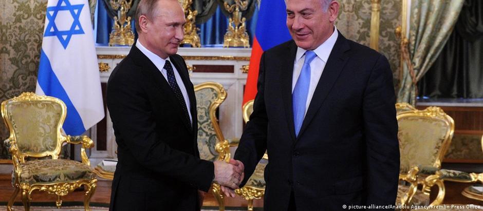 Vladimir Putin (esq.) e Benjamin Netanyahu já se encontraram quatro vezes num só ano