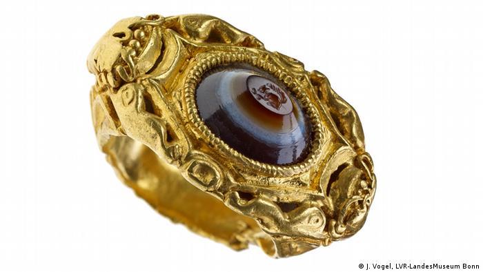 Золотое кольцо с геммой из сардоникса с изображением белочки