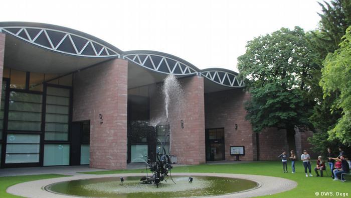 Umgeben von Bäumen: Das Museum Tinguely in Basel. Foto: Stefan Dege, DW
