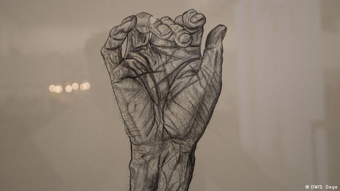 Michael Landy zeichnete die versehrten Gliedmaßen seines verletzten Vaters. Foto: Stefan Dege, DW