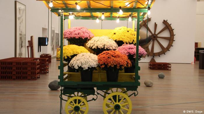 Ein Blumenstand als Konsumkritik - Michael Landy Retrospektive im Baseler Museum Tinguely. Foto: Stefan Dege, DW