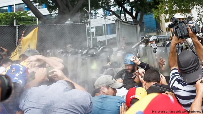 Menschen bei Protesten gegen Präsident Nicolas Maduro in Caracas (Foto: dpa)