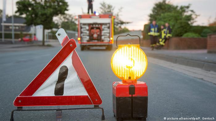 Warning sign with light on road (picture-alliance/dpa/F. Gentsch)