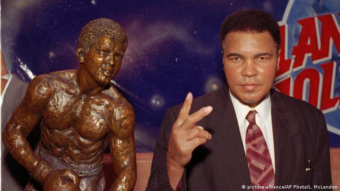 Muhammad Ali US-amerikanische Boxer Bronzeskulptur von John Petek
