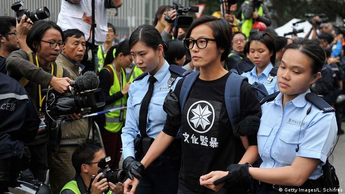 Sängerin Aktivistin Denise Ho Wan-see wird von zwei Polizistinnen abgeführt