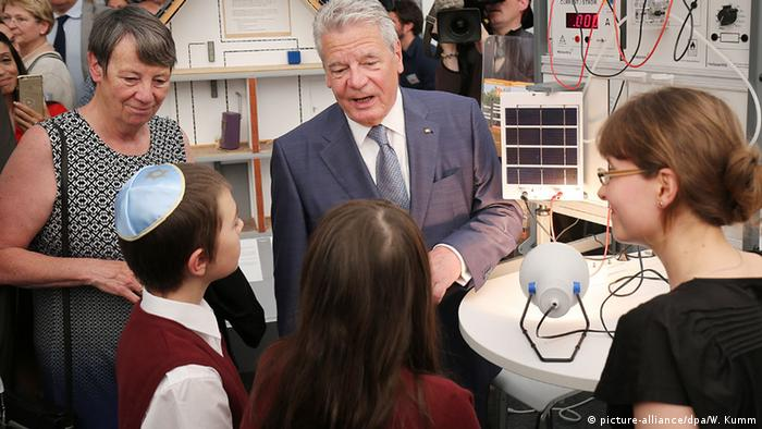 German President Joachim Gauck and German Environment Minister Barbara Hendricks talk to children at a booth at Environment Week in Berlin (Photo: picture-alliance/dpa/W. Kumm)