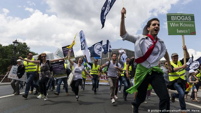 Berliners demonstrate agains the energy law reform in Berlin (Photo: picture-alliance/nurPhoto/M. Heine)