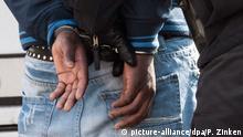 Symbolbild Angeklagter in Handschellen