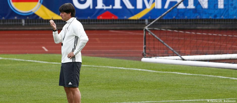 O treinador da Alemanha, Joachim Löw, durante sessão de treinamento preparatório para a Eurocopa 2016