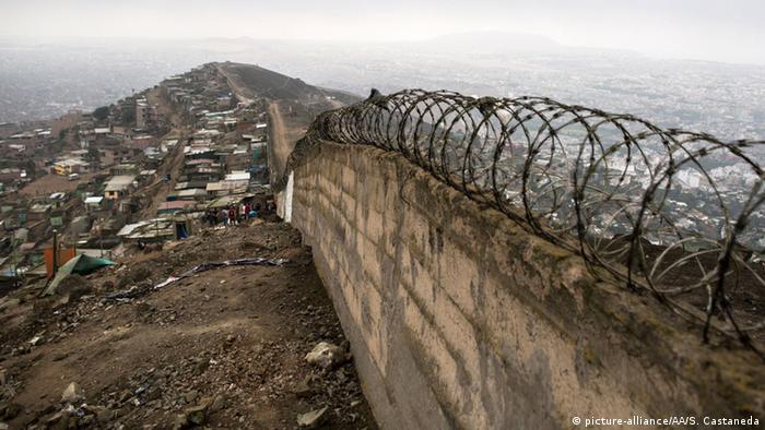 Peru Mauer in Lima trennt Arme und Reiche