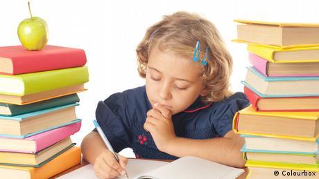 Mädchen Schule Bücher lernen Hausaufgaben (Colourbox)