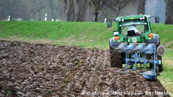 Ein Bauer pflügt mit dem Trecker ein Feld picture-alliance/dpa/D. Bockwoldt)
