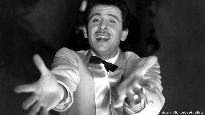 Der italienische Sänger und Komponist Domenico Modugno beim Schlagerfestival von San Remo 1958 (Foto: picture-alliance/dpa/Publifoto)