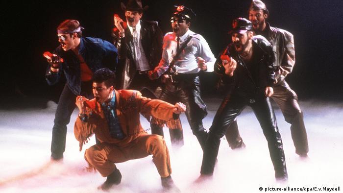 Die amerikanische Disco-Popgruppe Village People 1985 bei der Generalprobe einer Fernsehaufzeichnung des Zweiten Deutschen Fernsehens (Foto: picture-alliance/dpa/E.v.Maydell)