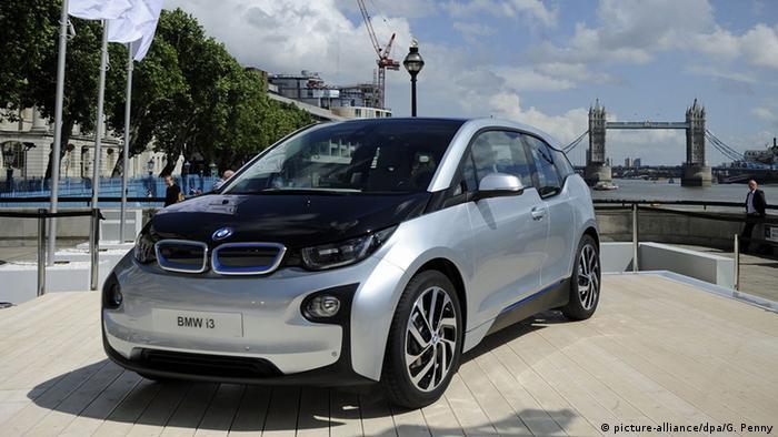 Электромобиль BMW i3 на фоне моста Тауэр в Лондоне